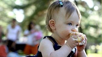 食べる子供