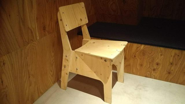 ドシー五反田 ラウンジにある木製のかわいい椅子